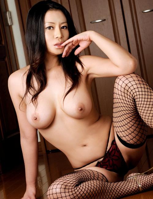 scharfes-asia-girl-in-netzstruempfen-aus-einem-porno-video